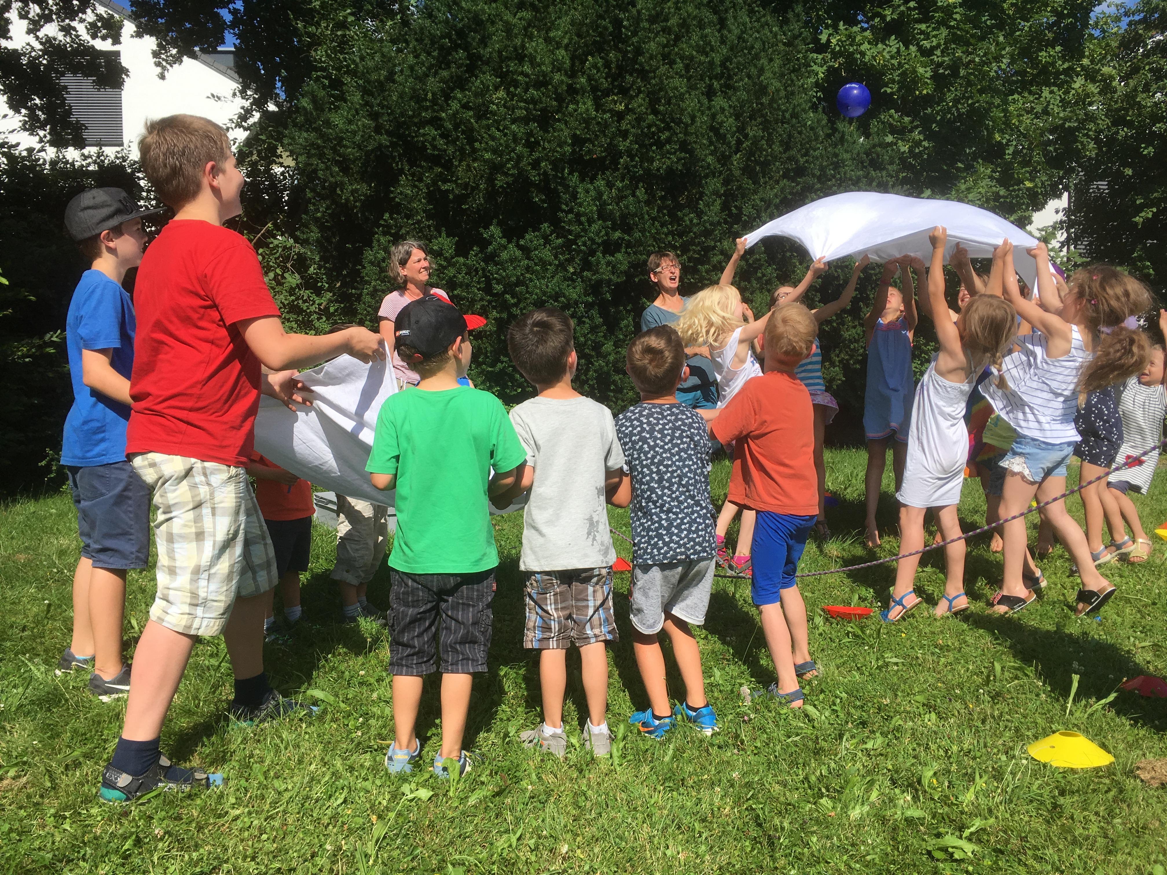Wasserspaß mit dem Spielmobil auf dem Longin-Wiesle: Geschicklichkeit