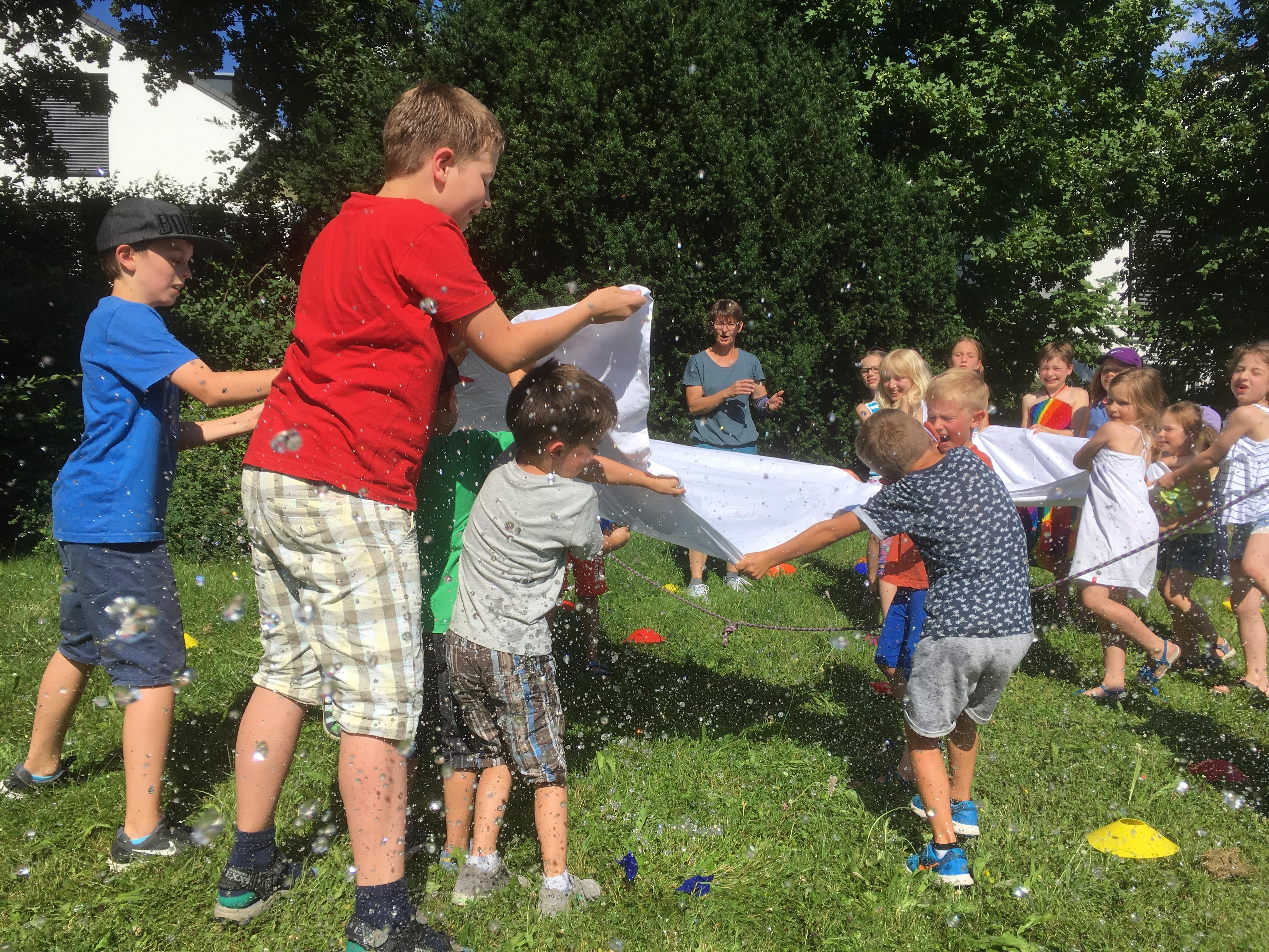 Wasserspaß mit dem Spielmobil auf dem Longin-Wiesle: Erfrischend