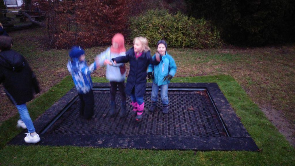 Begeistert springen die Kinder auf dem neuen Trampolin.