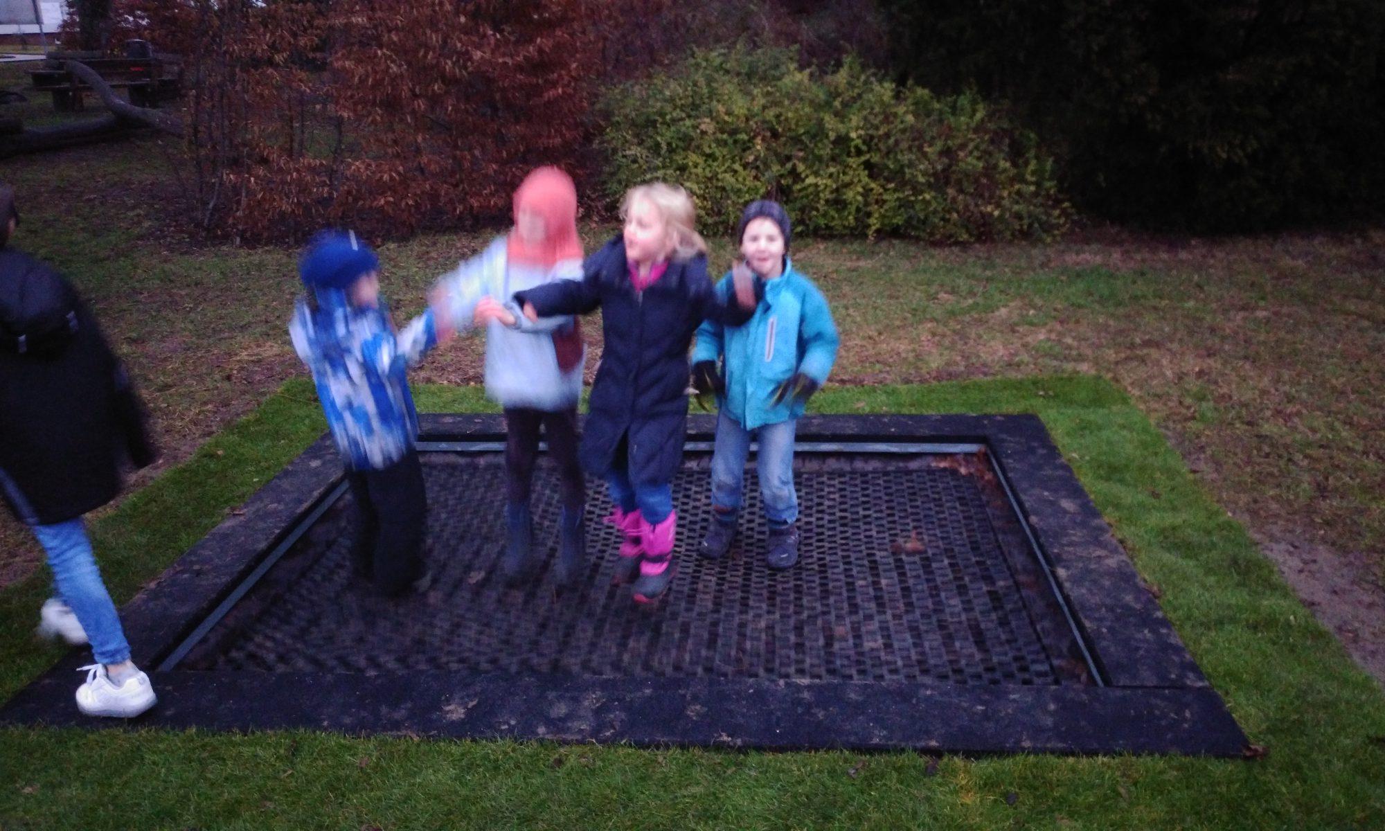Begeistert springen die Kinder auf dem neuen Trampolin